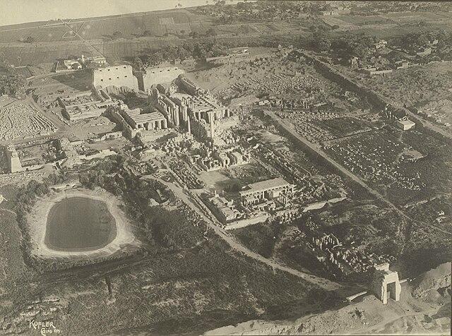 卡纳克神庙,埃及现存最大神庙,中王国时期开始建造,一直是法老们建造崇拜神明和歌颂自己的建筑的地方 via 维基百科