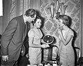 Tgv de verkoop van de 200000ste grammofoon De postkoets werd aan de Selver, Bestanddeelnr 911-1179.jpg