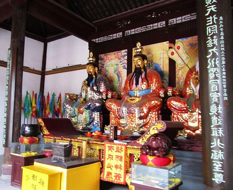 Three Purities altar at Zhenwu Temple in Yangzhou, Jiangsu.jpg