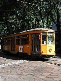 Milano: tram del 1928, livrea arancio ministeriale, binari posati in strada con pavé