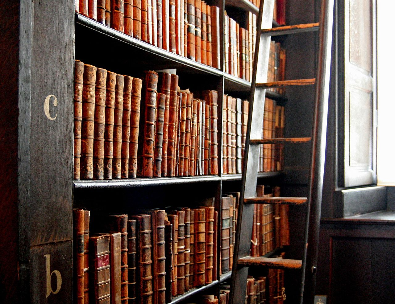 Images à modifier 1280px-Trinity_College_Library-words_in_leather_and_wood