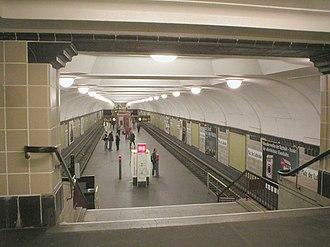 Platz der Luftbrücke (Berlin U-Bahn) - View of the station platform from the stairs