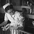 Verpleegster met baby, Bestanddeelnr 900-7975.jpg
