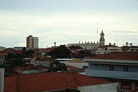 Vista parcial da cidade, com destaque para a Igreja Matriz São João Batista e o Edifício Condomínio Saint Germain.