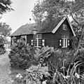 Voorgevel van houten huisje met roedeverdeling en luikjes - Reeuwijk - 20400654 - RCE.jpg