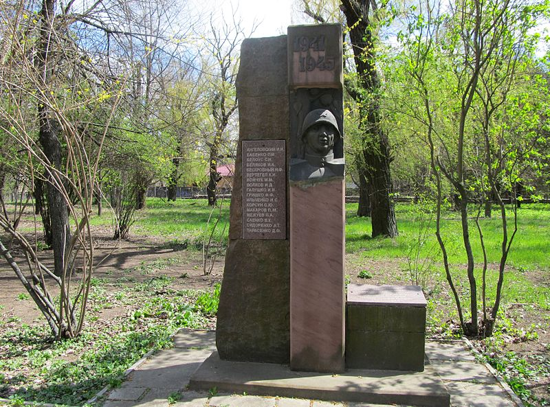 Файл:WWII monument in Melitopol Research Institute of Horticulture.JPG