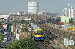 Wandsworth Road railway station MMB 01 378154.jpg