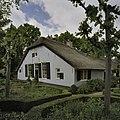 Zicht op voorgevel van boerderij met rieten dak - Blaricum - 20408109 - RCE.jpg