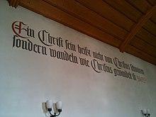Zwinglizitat in der reformierten Kirche in Felsberg GR: «Ein Christ sein heißt nicht von Christus schwätzen, sondern wandeln wie Christus gewandelt ist.» (Quelle: Wikimedia)
