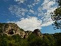 Скални ниши в каньона на р. Черни Лом.jpg
