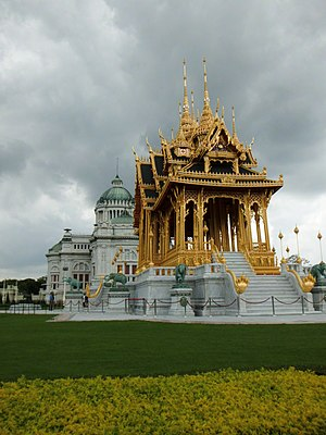 Ananta Samakhom Throne Hall - Memorial Crowns of the Auspice to the east