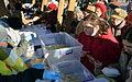 02015 1756 Weihnachten 2015 in Polen. Zahlreiche Menschen stehen Schlange vor einer Armenspeisung.JPG