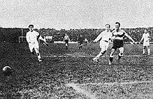 Photographie d'un joueur tirant dans un ballon en finale de Coupe de France 1924.