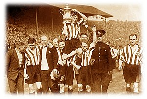 1937 FA Cup Final - Image: 1937wembleylapofhono ur