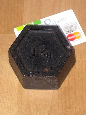Kilogram - Image: 1kg with creditcard