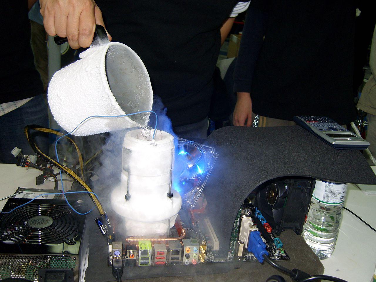 液体窒素でPCを冷却