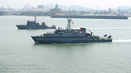 ROKS Ongjin (MSH 572) and ROKS Goryeong (MHC 563) on background 2012. 9. inceonsangryugjagjeon jeonseunghaengsa Rep. of Korea Navy 62th Anniversary of Incheon Landing Operation (7998836744).jpg