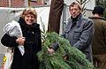 2013-12-21 Harald Härke (Leiter Fachbereich Steuerung, Personal und Zentrale Dienste der Landeshauptstadt Hannover) und Ingrid Wagemann kaufen auf dem Lindener Marktplatz einen Weihnachtsbaum.jpg