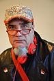 2014-12-18 Der Künstler Andora mit Performance-Mütze mit 1992-Anstecknadel (PIN) aus Baikonur sowie 1. FC Fußballclub Union Berlin e. V.jpg