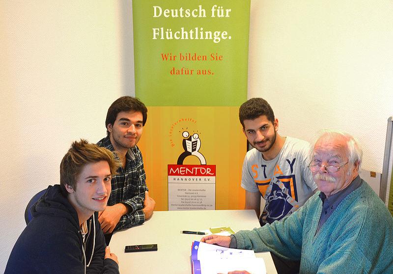 File:2015-09-29 Deutsch für Flüchtlinge, Besprechung Otto Stender mit jugendlichen Männern aus Syrien und Deutschland bei MENTOR - Die Leselernhelfer Hannover e.V., (02).jpg
