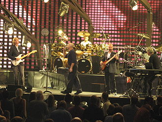 Genesis interpretando Throwing It All Away en Washington D.C., EE. UU., tomada durante la gira Turn It On Again 2007