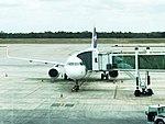 Aeronave da companhia aérea Latam no pátio..jpg