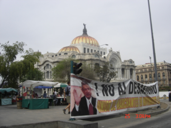 Banner supporting López in front of the Palacio de Bellas Artes.