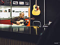 Auditioning the guitar - Shadow Electronics (Germany), Musikmesse Frankfurt 2015 (2015-04-18 12.11.14 by Jörg Schubert).jpg