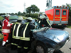 Accident: German firefighter try to rescue the...