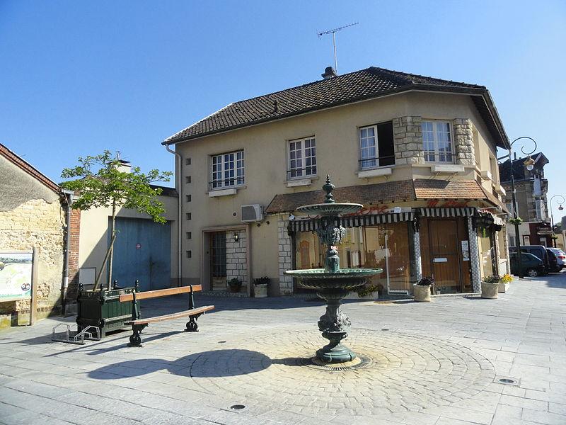La Place Carnot et sa fontaine au centre d'Avenay-Val-d'Or (Marne, France).