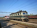 Bánovce nad Ondavou, nádraží, lokomotiva 183.037 a vůz 812.060.jpg