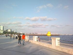 Rubber Duck (sculpture) - Image: Baku Boulevard 2