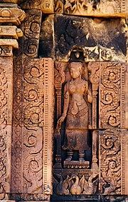 Nghệ thuật điêu khắc trên đá sa thạch đỏ trên khắp các bức tường của Banteay Srei