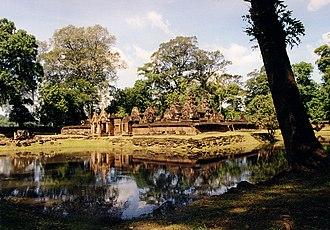 Banteay Srei - Image: Banteay Srei full 2