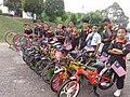 Basikal lajak mengelilingi kampung sambil membawa bendera.jpg