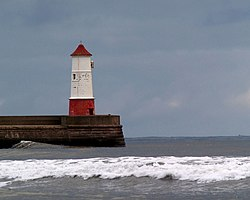 Berwick Upon Tweed breakwater lighthouse - geograph.org.uk - 613893.jpg