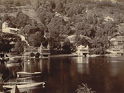 Boathouses à beira do lago, Nainital, 1899.jpg