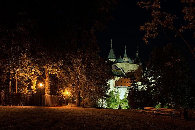 Bojnický zámok je postavený na travertínovej kope