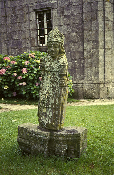 One of the many statues of Saint Suliau, this located on the lawn outside the church
