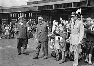 Otto Suhr - Image: Bundesarchiv B 145 Bild F002766 0003, Erholungsreise für Berliner Kinder