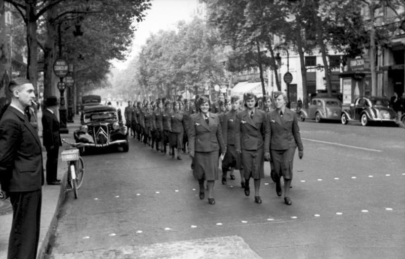 Bundesarchiv Bild 101I-768-0147-15, Paris, Wehrmachtshelferinnen