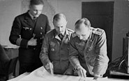 Bundesarchiv Bild 101II-MS-0986-10, Nordafrika, Offiziere beim Kartenstudium