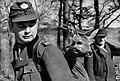 Bundesarchiv Bild 183-D0402-0004-004, Wörlitz, Förster, Rehkitz b.jpg