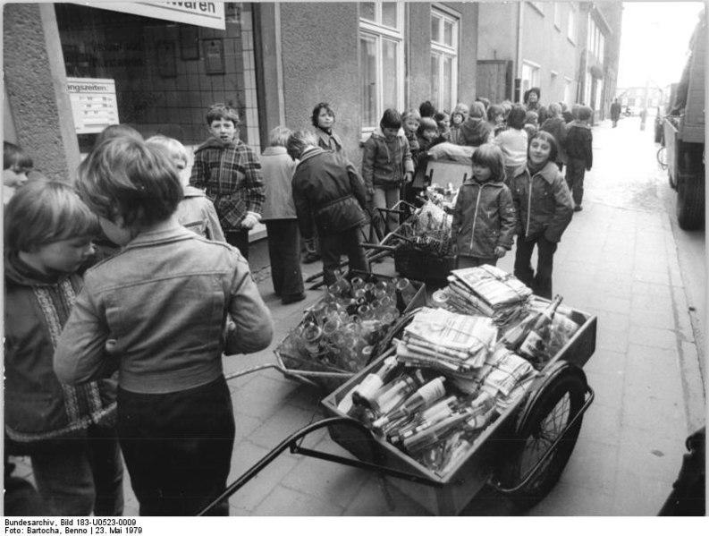 """File:Bundesarchiv Bild 183-U0523-0009, Bez. Neubrandenburg, Viele """"Schätze"""".jpg"""