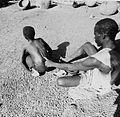 COLLECTIE TROPENMUSEUM Een lokale genezer behandelt een jongen met rugpijn TMnr 20010379.jpg