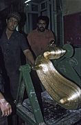 COLLECTIE TROPENMUSEUM Het kneden van suikerstroop tijdens de vervaardiging van suikerwerkfiguren voor mawlid an-nabi TMnr 20043348.jpg