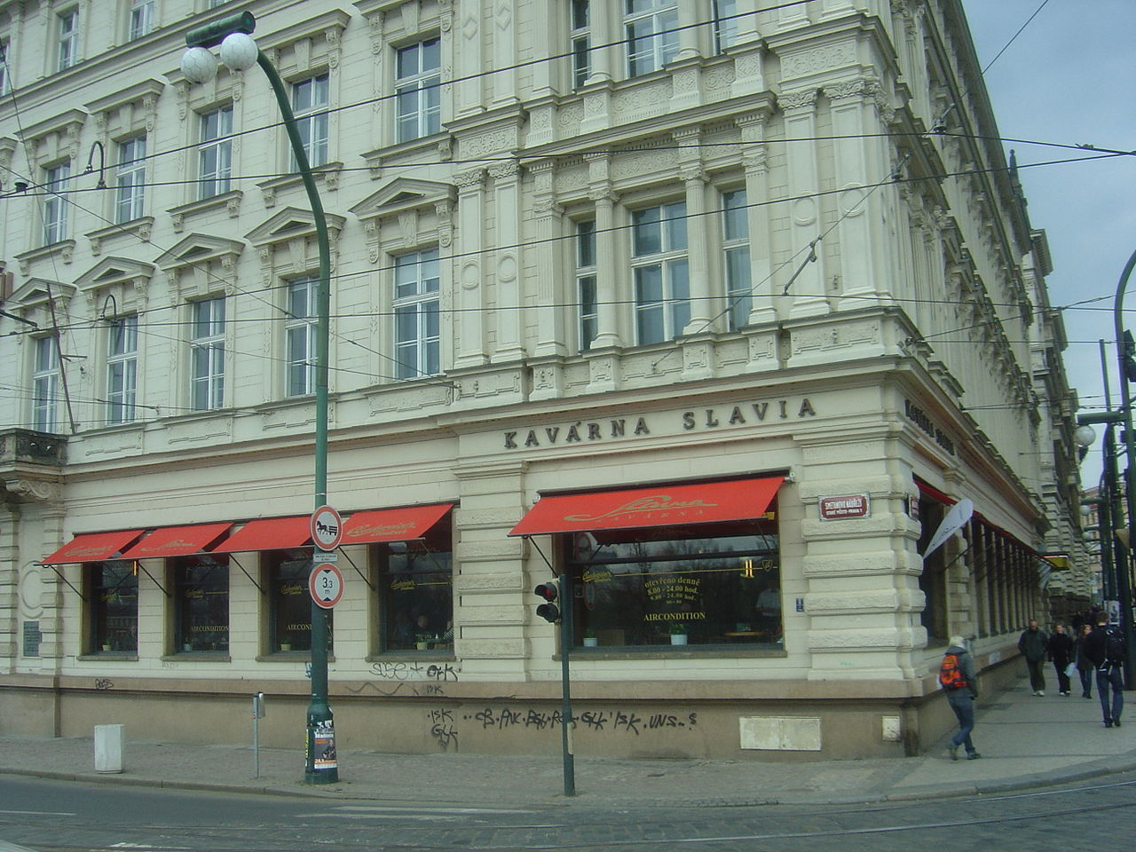 File:Cafe Slavi... Slavia Prague