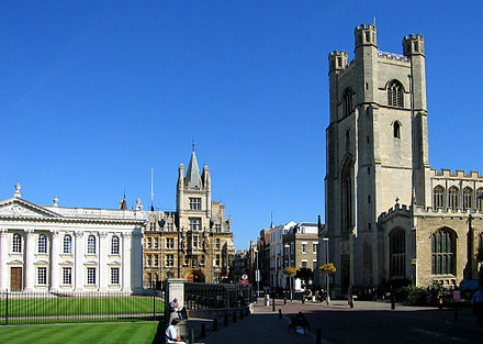 Great St Mary's Church marks the centre of Cambridge, while the Senate House on the left is the centre of the University. Gonville and Caius College is in the background. CambridgeTownCentre.jpg