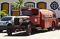 Caminhão antigo de transportes de combustível - panoramio.jpg