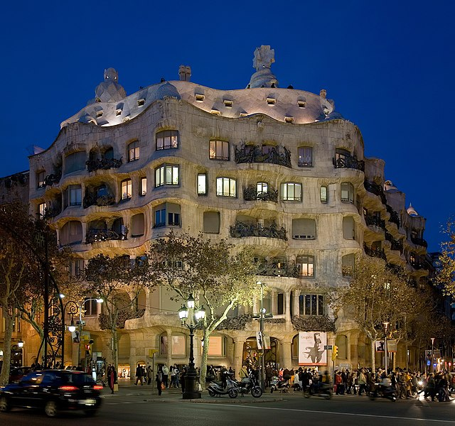 Archivo:Casa Milà - Barcelona, Spain - Jan 2007.jpg